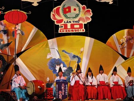 các em thiếu nhi đến từ Nhật Bản có một tiết mục vui nhộn và đẹp mắt