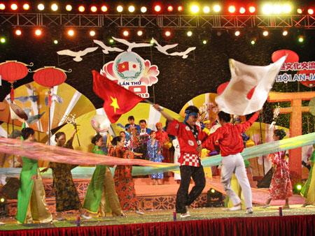 đêm khai mạc khép lại với màn trình diễn đượm tình hữu nghị Việt - Nhật