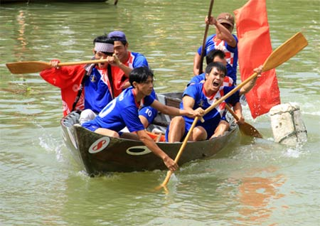 Japanese tourists join boat race in Hoi An