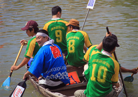 Japanese tourists join boat race in Hoi An - Ảnh minh hoạ 2
