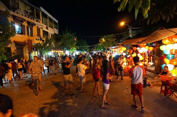 Lang thang với chợ đêm phố Hội 1