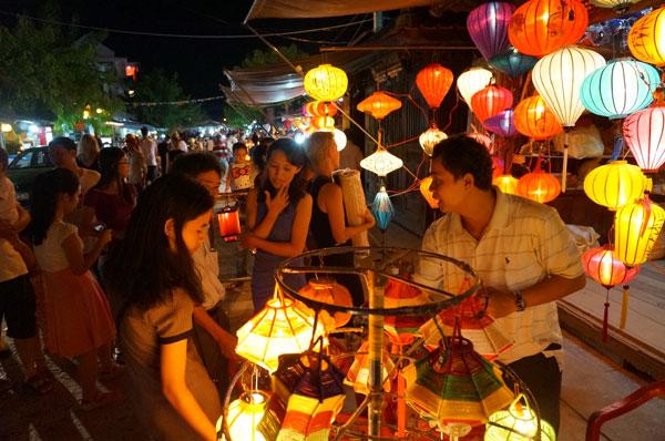 Lang thang với chợ đêm phố Hội 13