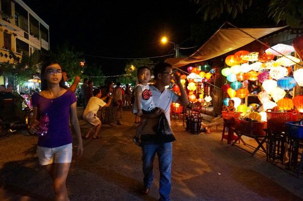 Lang thang với chợ đêm phố Hội 14