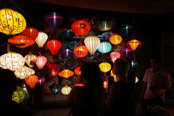 Lang thang với chợ đêm phố Hội 15