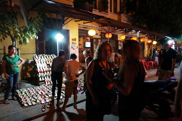 Lang thang với chợ đêm phố Hội 10
