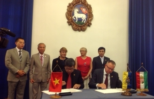 Chairman of Hoi An People's Committee and Mayor of Szentendre city are signing the agreement