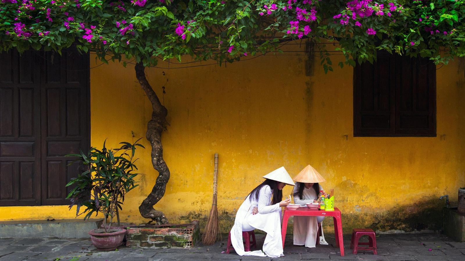A bewitching town drenched in yellow - Ảnh minh hoạ 9