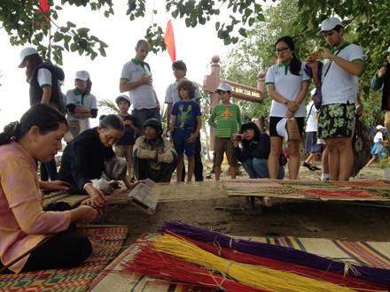 Du khách quốc tế thích thú chứng kiến lễ giỗ tổ nghề mộc tại Hội An