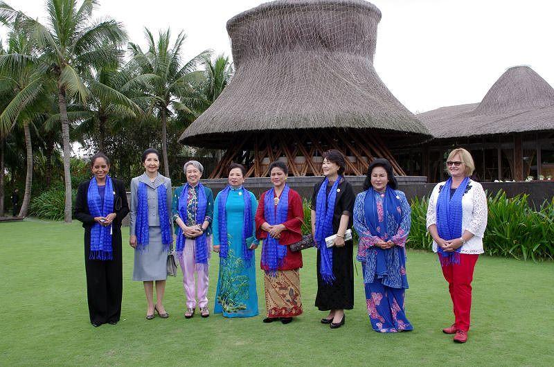 Phu nhân, phu quân lãnh đạo APEC khám phá phố cổ Hội An