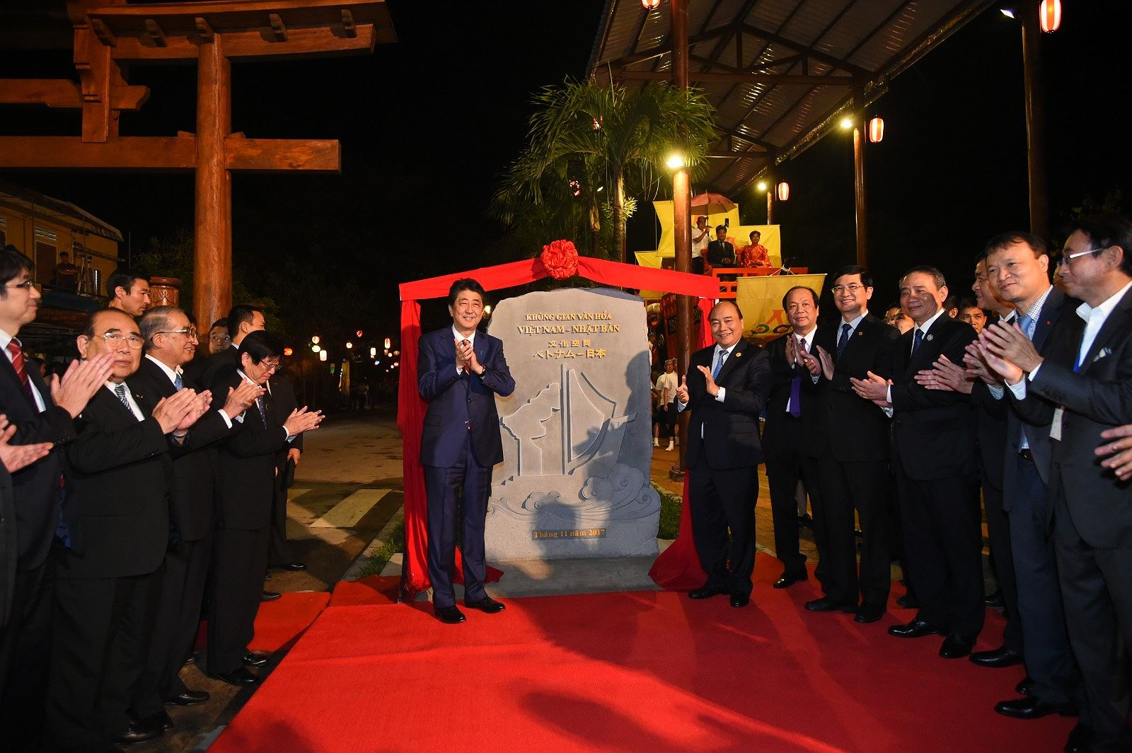 Thủ tướng Nhật Bản thân thiện bắt tay du khách khi tản bộ ở Hội An -  2