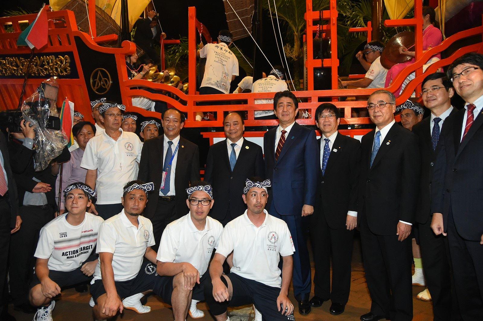 Thủ tướng Nhật Bản thân thiện bắt tay du khách khi tản bộ ở Hội An -  3
