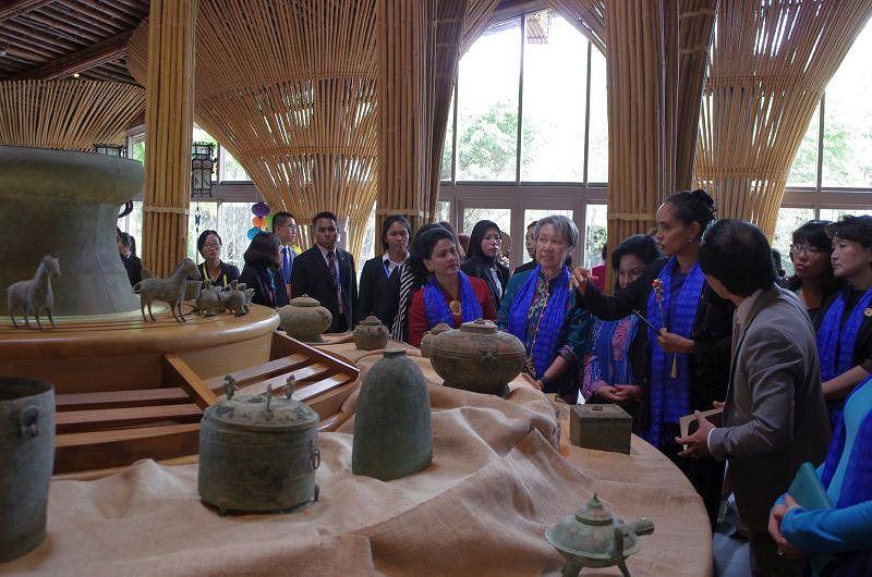 Phu nhân, phu quân lãnh đạo APEC khám phá phố cổ Hội An -  4
