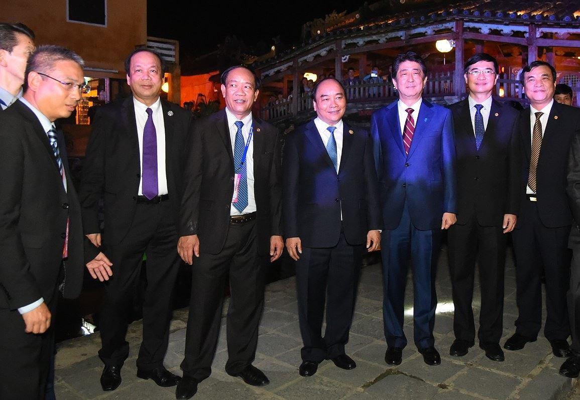 Thủ tướng Nhật Bản thân thiện bắt tay du khách khi tản bộ ở Hội An -  6