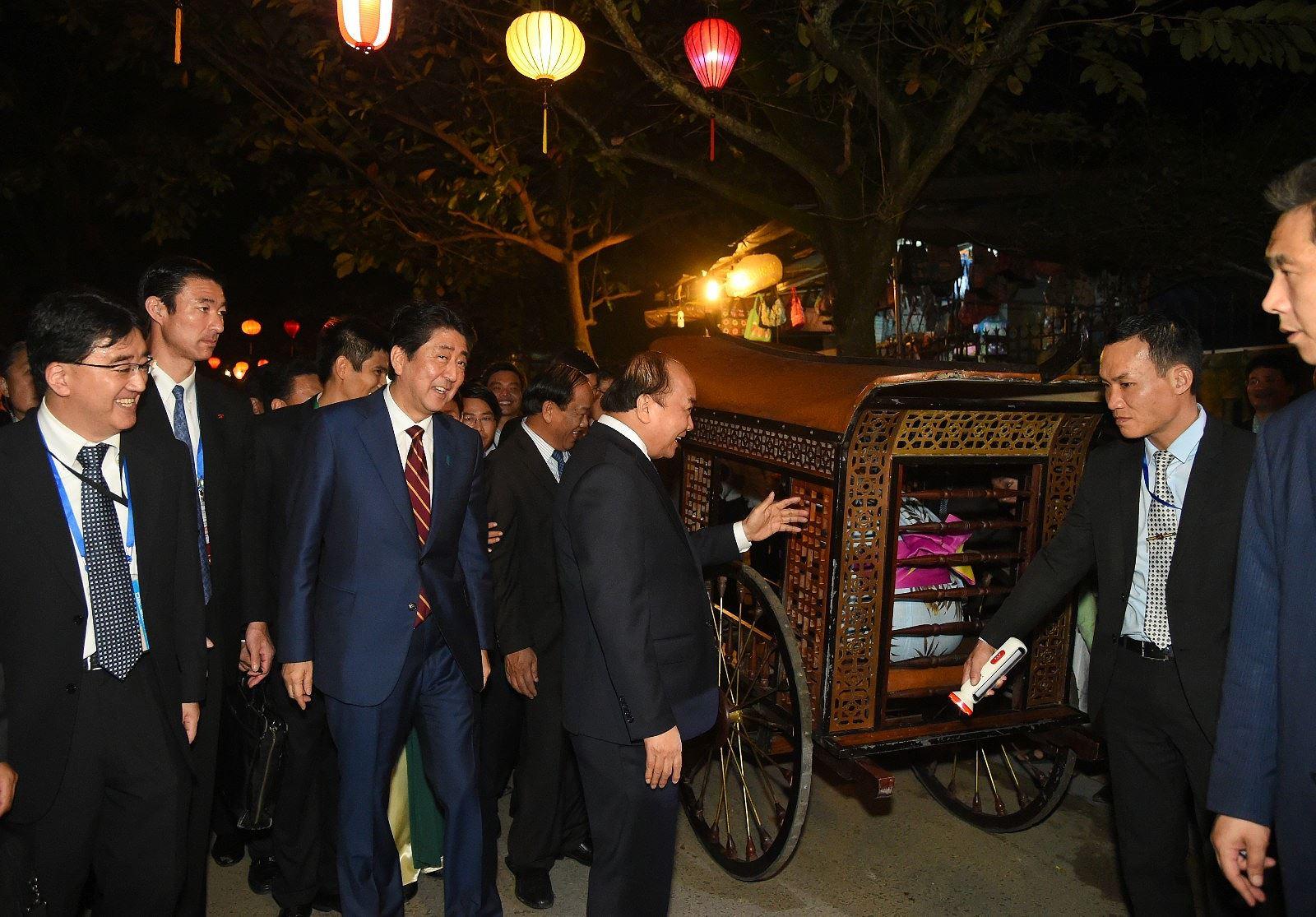 Thủ tướng Nhật Bản thân thiện bắt tay du khách khi tản bộ ở Hội An -  5