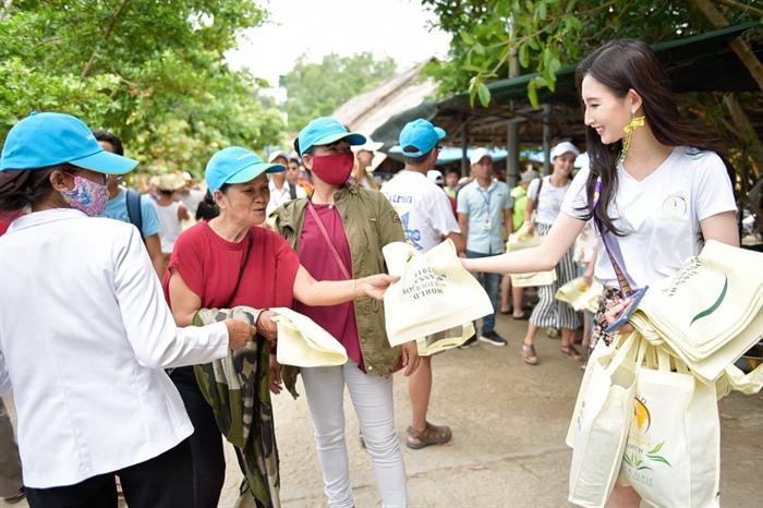 137209 9 clc cty a dong tai tro dong hanh cung nguoi dep HHĐSDL phát túi vải và tuyên truyền giảm thiểu túi nilon ở Cù Lao Chàm